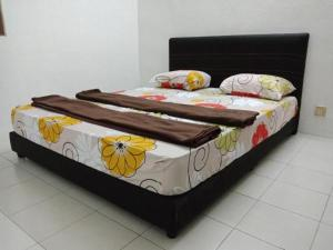 A bed or beds in a room at Alice Tan