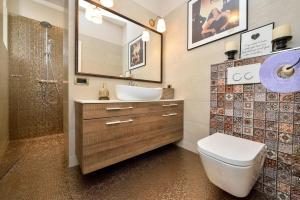 A bathroom at Apartments Fontana
