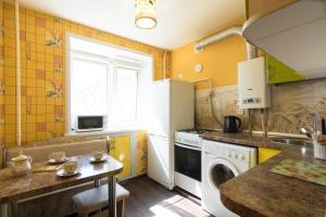 A kitchen or kitchenette at Apartment Lokomotivnaya