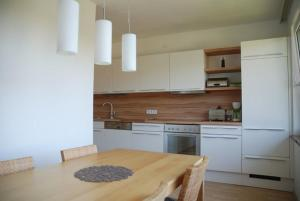 A kitchen or kitchenette at Apartment Sternentor