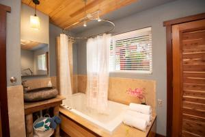 ティキ ムーン ヴィラズにあるバスルーム
