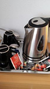 Zestaw do parzenia kawy i herbaty w obiekcie Hotel As
