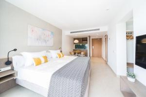 Een bed of bedden in een kamer bij Inturotel Esmeralda Park