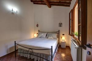 A bed or beds in a room at Duccio's apartments