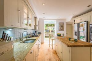 A kitchen or kitchenette at Large Family Home in Fulham