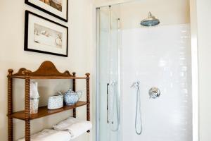 A bathroom at Appartements Les Suites Sarladaises