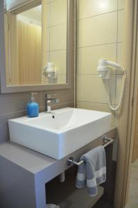 A bathroom at Aligis Studios