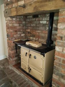 A kitchen or kitchenette at Pansy Cottage in Historic Tewkesbury - Sleeps 5