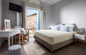 A bed or beds in a room at Villa Imperial Milos