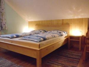 A bed or beds in a room at Annas Ferienwohnung