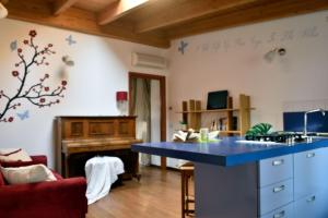 A kitchen or kitchenette at Enchanting Wood Attic close to Isola District