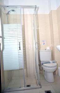 Een badkamer bij Santa Marina Hotel Apartments