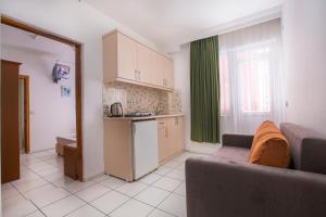 Virtuvė arba virtuvėlė apgyvendinimo įstaigoje Bayram Apart Hotel