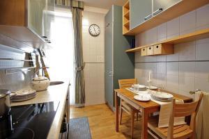 A kitchen or kitchenette at Apartament Monte Mario
