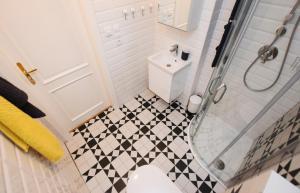 Um banheiro em Charming Apartment Near Beautiful Park