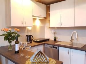 A kitchen or kitchenette at Feel Royal Cracow