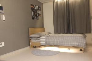เตียงในห้องที่ Hongdae novellia Gini residence