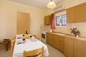 A kitchen or kitchenette at 4 rooms