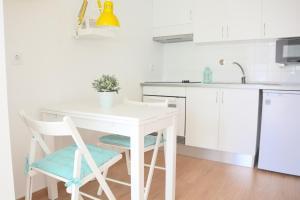 A kitchen or kitchenette at Porto Garden Villas   Downtown