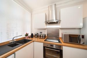 A kitchen or kitchenette at Bedfordbury - Welcome at Home