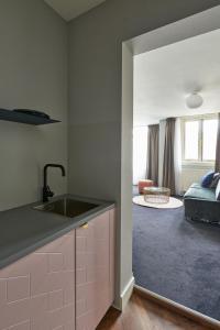 Küche/Küchenzeile in der Unterkunft Hotel Pistache Den Haag