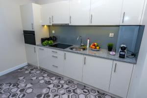 A kitchen or kitchenette at Apartament Maximum