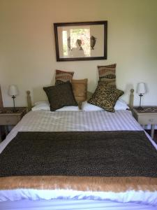 A bed or beds in a room at Listamlet Grange Bungalow