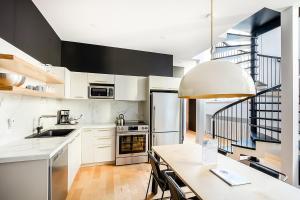 A kitchen or kitchenette at Les Lofts St-Pierre by Les Lofts Vieux Québec