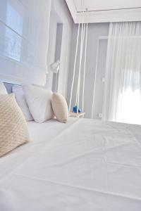سرير أو أسرّة في غرفة في Alkyoni City Apartment
