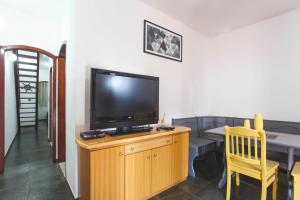Een TV en/of entertainmentcenter bij Duplex Rústico perto da Praia