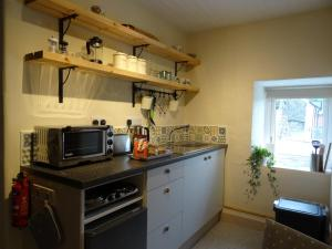 A kitchen or kitchenette at Ty Capel