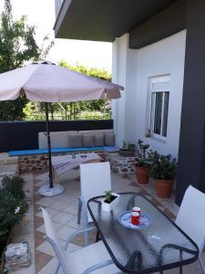 Bazén v ubytování Filoxenia Apartments nebo v jeho okolí