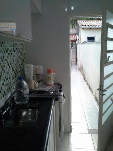 A kitchen or kitchenette at Sobrado na Cidade de Socorro