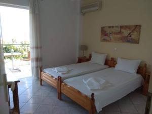 Łóżko lub łóżka w pokoju w obiekcie Panorama Eleni studios
