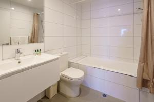 A bathroom at Apartments 118