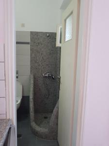 A bathroom at Mark & Joanna Studios