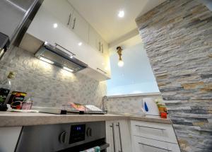 O bucătărie sau chicinetă la Srecko Exclusive Apartment