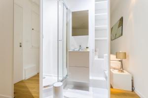 A bathroom at CMG Etienne Marcel/ Montorgueil