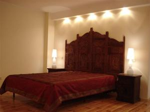 A bed or beds in a room at Home & Travel