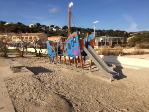 Ein Kinderspielbereich in der Unterkunft Front de mer les pieds dans l'eau