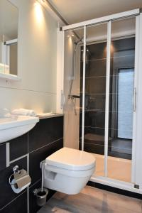"A bathroom at Cosy floating boatlodge, ""Paris"""