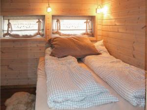 Kama o mga kama sa kuwarto sa Two-Bedroom Holiday Home in Vangsnes