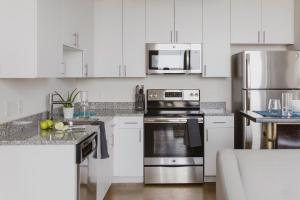 A cozinha ou kitchenette de WhyHotel Baltimore Luxe Suites Inner Harbor