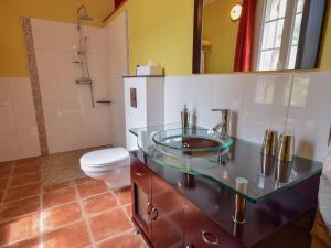 Salle de bains dans l'établissement Spacious holiday home in Castelmoron-sur-Lot with Garden