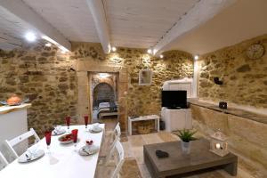 A restaurant or other place to eat at Le petit trésor du Luberon