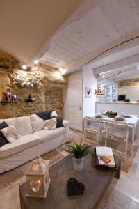 A seating area at Le petit trésor du Luberon