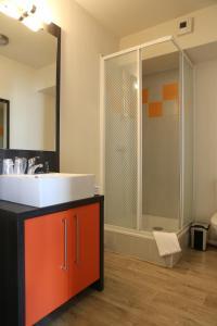 A bathroom at Adonis Paris Sud