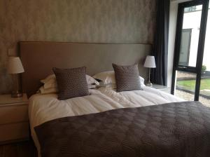 A bed or beds in a room at Springfield Apartments, Hawarden