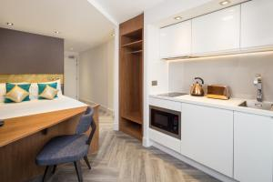 A kitchen or kitchenette at Roomzzz London Stratford