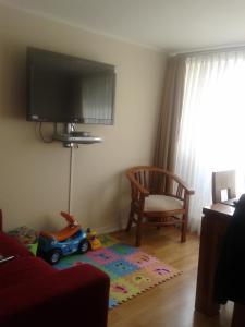 Una televisión o centro de entretenimiento en Santiago Downtown Apartments Moneda